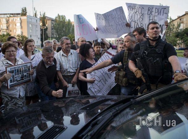На переговорах с террористами Кучма что-то доказывал, а потом на его машину напали злые бабушки
