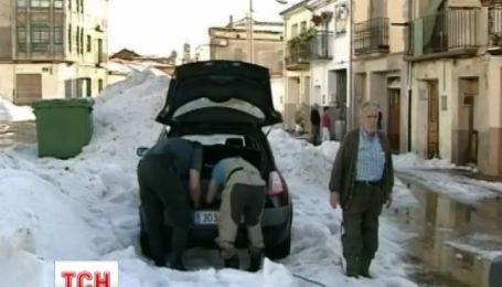 Центральную Испанию атаковал мощный град и снег