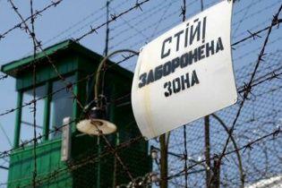 В бердичевской колонии бунтуют: тюремщики говорят, что осужденные приказывают приносить им наркотики