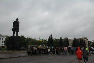 У Краматорську українські військові не дали знести Леніна