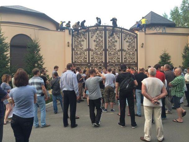 Автомайдановцы пикетируют особняк Ахметова