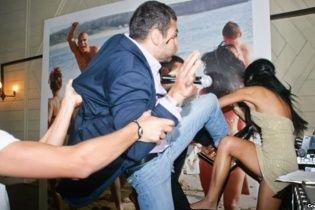 На турецькому курорті росіяни та українці влаштували грандіозну бійку з шезлонгами та кріслами