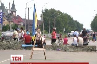 Траси до Румунії перекрили бетонними блоками, гіллям та автівками