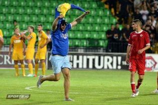 Болельщик с флагом Украины остановил матч Лиги Европы (видео)