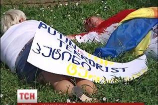 В Киеве газоны под посольством РФ демонстративно залили свиной кровью
