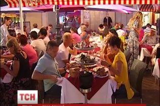 """Дотепні французи збирають Путіну """"гостинець"""", щоб він не забув смаку шампанського та лобстерів"""