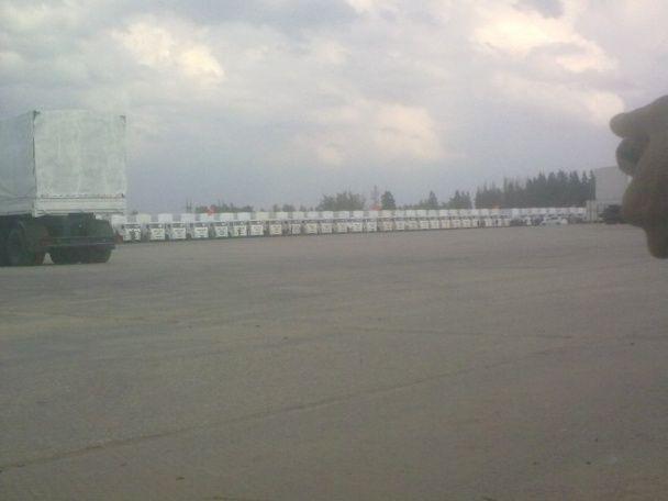 """Росіяни у соцмережах хизуються, як вантажать військові фури """"гуманітаркою"""" для України"""