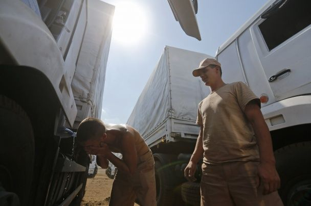 Российские военные, которые возили гумконвої на Донбасс, заряжают ракеты в Сирии