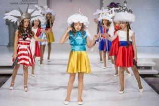 """Дитина в образі України ледь не """"застрелилася"""" на показі мод у Москві (відео)"""