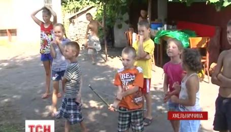 На Хмельнитчину из города Снежного переселилась семья с десятью детьми