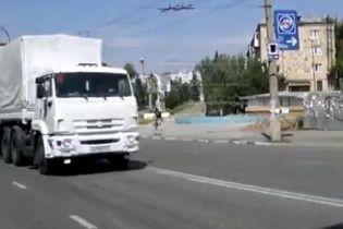 """""""Гуманітарний конвой"""" із Росії змінив маршрут і розділився біля Краснодона – очевидці"""