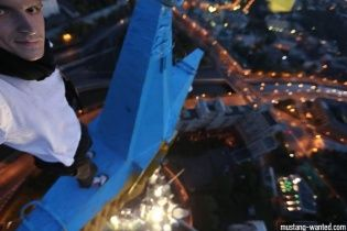 """Автор желто-синей звезды над московской высоткой лихо """"нагрел"""" LifeNews"""
