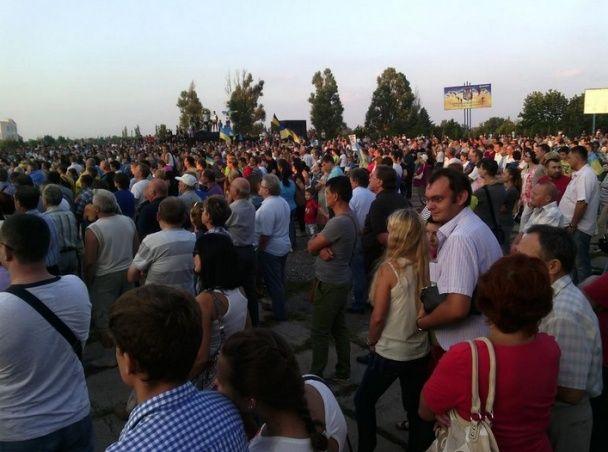 В Мариуполе на антивоенный митинг вышли люди разных национальностей с сине-желтыми флагами