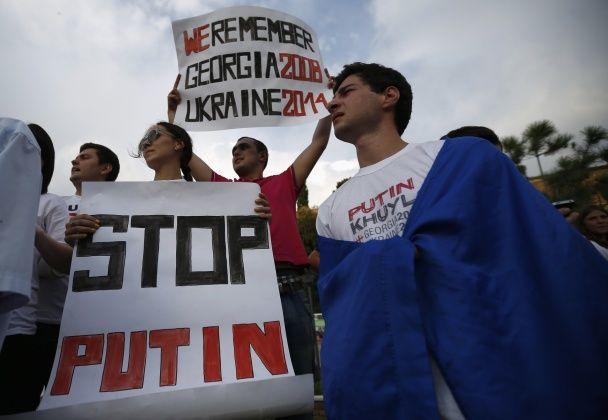 Грузини підтримали Україну, спалюючи портрети Путіна у Тбілісі
