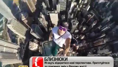 Японец сделал селфи с верхушки небоскреба в Гонконге