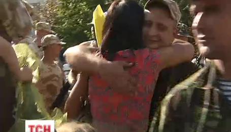 Слезами и цветами встречали сотрудников ГАИ Киева, которые вернулись из зоны АТО