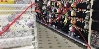 Локдаун в действии: в супермаркете под Киевом стеллажи с носками и скатертями заклеили красными лентами (фото)