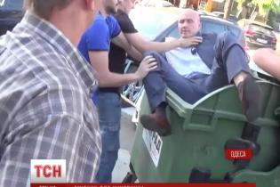 """""""Твоє робоче місце тут!"""". В Одесі активісти викинули чиновника-корупціонера на смітник"""