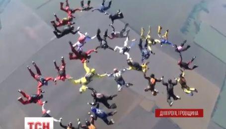 Рекорд Украины по парашютной групповой акробатике установили на Днепропетровщине