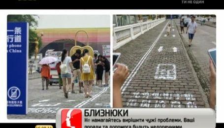 В Китае стедали отдельные тротуары для тех, кто не может оторваться от гаджета