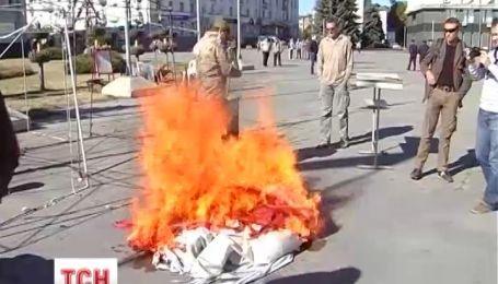 """В Сумах активисты """"Правого сектора"""" сожгли палаточный городок евромайданивцив"""
