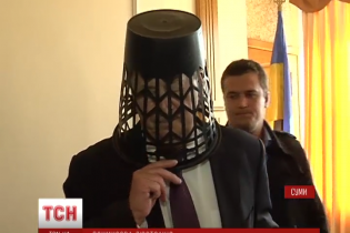 Trash Bucket Challenge: смітник на голові тимчасового очільника Сумщини та заява про відставку