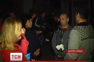 У Дніпропетровську посеред ночі з квітами та борщем зустрічали бійців, які повернулися з полону
