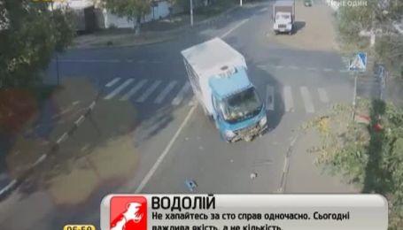 Велосипедист выжил после столкновения с двумя автомобилями