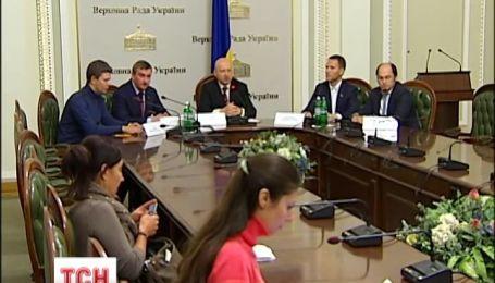 Александр Турчинов подписал закон об очищении власти