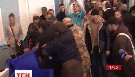 У Черкасах активісти запакували у сміттєві баки двох депутатів облради
