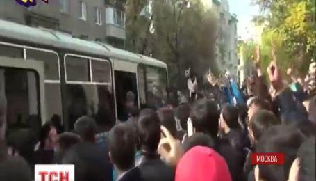 Видео столкновения мусульман и ОМОНовцев в Москве набирает популярность в интернете