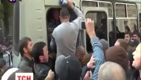 В Москве полиция задержала мусульман, которые штурмовали автобус ОМОНа