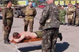 """У центрі Антрацита """"казаки"""" публічно відшмагали своїх поплічників і напоїли горілкою (відео)"""