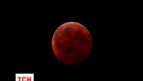 Повне місячне затемнення показали в режимі онлайн