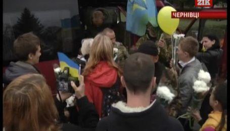 """На Буковине возгласами """"герои"""" встретили 26 десантников, вернувшихся из зоны АТО"""
