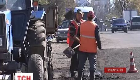 Жители городка Долина, на Прикарпатье, самостоятельно ремонтируют дорогу государственного значения