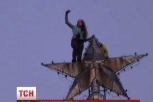 """Школярка з прапором України """"підкорила"""" сталінську висотку на Хрещатику"""