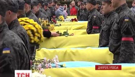С неизвестными солдатами прощались сегодня в Днепропетровске