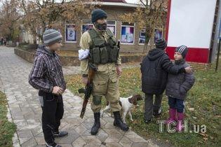 Под Мариуполем боевики коварно подсылают детей к военным за снарядами