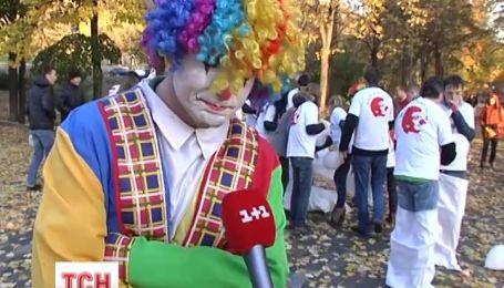 Клоуни в мішках кричали та агітували за Ляшка