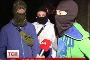 """У Києві десятки підлітків почали """"полювати"""" на педофілів і мало не скалічили чоловіка"""