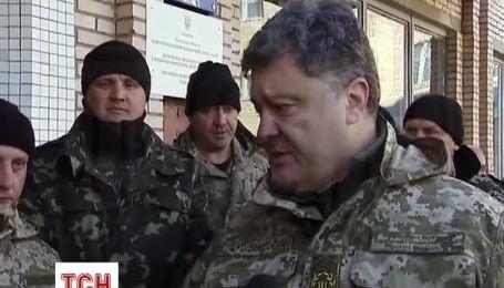 Порошенко на Донбассе поблагодарил военных и выразил возмущение депутатами