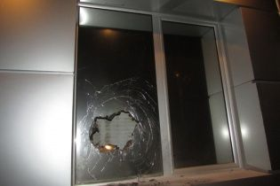 """Невідомі розбили вікно і кинули """"коктейль Молотова"""" в офіс одеської """"Батьківщини"""""""