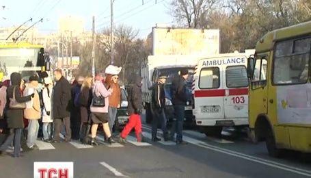 Киевляне перекрывают улицы и требуют включить тепло в квартирах