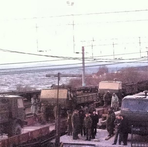Во Владивостоке показали, как солдат и технику отправляют в Украину на войну