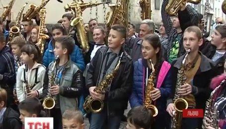 На флешмобе саксофонистов во Львове сыграли музыканты от 7 до 70 лет