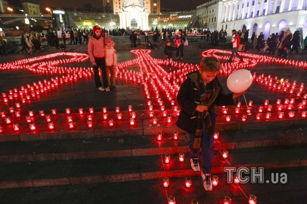 В 22 городах Украины одновременно выложили трезубец из свечей, чтобы поддержать участников АТО