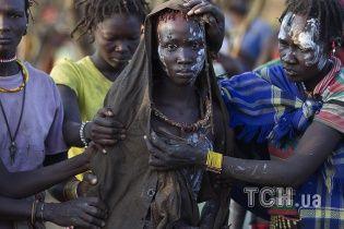 Reuters показав шокуючі кадри брутального обряду обрізання дівчат у Кенії