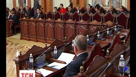 Верховный суд просит КС рассмотреть конституционность закона о люстрации