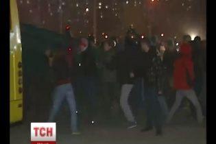 На Осокорках молодь із камінням і газовими балончиками вчинила побоїще з міліцією
